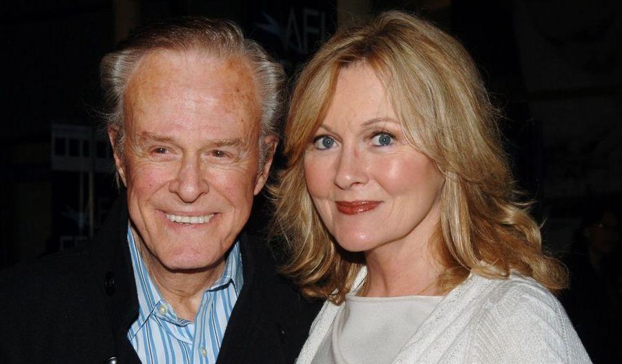 L'acteur américain Robert Culp (ici avec sa femme Candace), qui jouait Kelly Robinson dans la série Les Espions (I spy) aux côtés de Bill Cosby (Alexander Scott) dans les années 60, est décédé ce mercredi à l'âge de 79 ans. Selon son gérant, Hillard Elkins, l'acteur se promenait quand il s'est soudainement écroulé à l'extérieur de sa résidence de Hollywood. Il a été transporté dans un hôpital mais trop tard. Robert Culp est en outre apparu dans Columbo, mais aussi, au cinéman, dans Bob&Carol&Ted&Alice, de Paul Mazursky, réalisé en 1969.