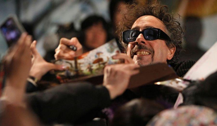 """Tim Burton à l'avant-première de son long métrage, """"Alice aux pays des merveilles"""", est assailli par ses fans. Le film narrant les péripéthies de la belle Alice, intégralement réalisé en 3D a démarré en trombe pour se placer en tête du box-office des films américains."""