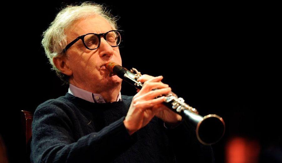 Woody Allen joue de la clarinette à l'occasion d'un concert avec le New Orleans Jazz Band pour la cérémonie d'inauguration du centre Niemeyer d'Aviles, au nord de l'Espagne.