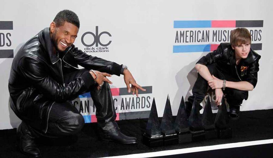 """L'adolescent canadien Justin Bieber a raflé dimanche quatre récompenses, dont celle de l'artiste de l'année, lors de la cérémonie des American Music Awards. Il a remercié Michael Jackson en recevant l'une de ses statuettes, en disant: """"Sans Michael Jackson, aucun de nous ne serait là."""" Justin Bieber a grandi dans l'Ontario mais il vit désormais aux Etats-Unis, où son album """"My World 2.0"""" s'est déjà vendu à près de deux millions d'exemplaires. Durant cette cérémonie, il a éclipsé Eminem, ce qui n'a pas eu l'air de troubler le moins du monde le rappeur. Le natif de Detroit se moque de ce genre de récompense et n'était pas présent."""