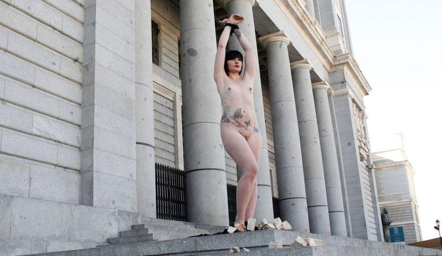 Face à la Cathédrale de l'Almudena à Madrid, cette jeune femme se met en scène dans une performance. L'action artistique reflète sa vision du personnage biblique Marie-Madeleine.