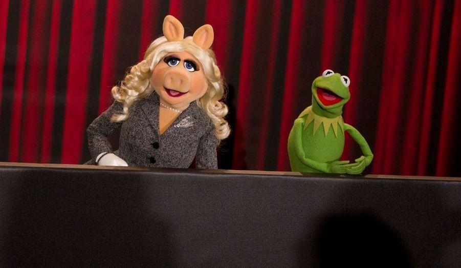 """Peggy la cochonne et Kermit la grenouille, lors de leur conférence de presse à Berlin pour la sortie du film """"The Muppets""""."""