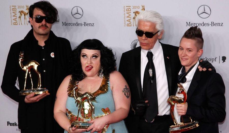 Beth Ditto et le groupe rock de Gossip ont reçu la récompense du meilleur groupe pop de l'année, lors de la cérémonie des Bambie Awards, qui se déroulait hier soir à Potsdam. Karl Lagerfeld s'était invité à la fête.