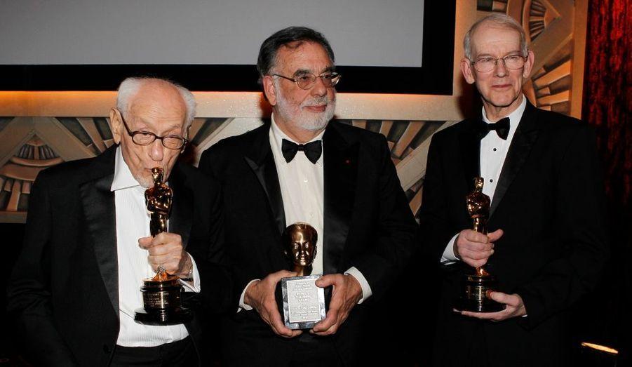Le producteur-réalisateur Francis Ford Coppola, l'acteur Eli Wallach et l'historien du cinéma Kevin Brownlow posent ensemble après la remise des Oscars d'honneur, samedi soir à Los Angeles. Egalement récompensé pour l'ensemble de sa carrière, Jean-Luc Godard n'a pas fait le déplacement en Californie pour recevoir son prix.