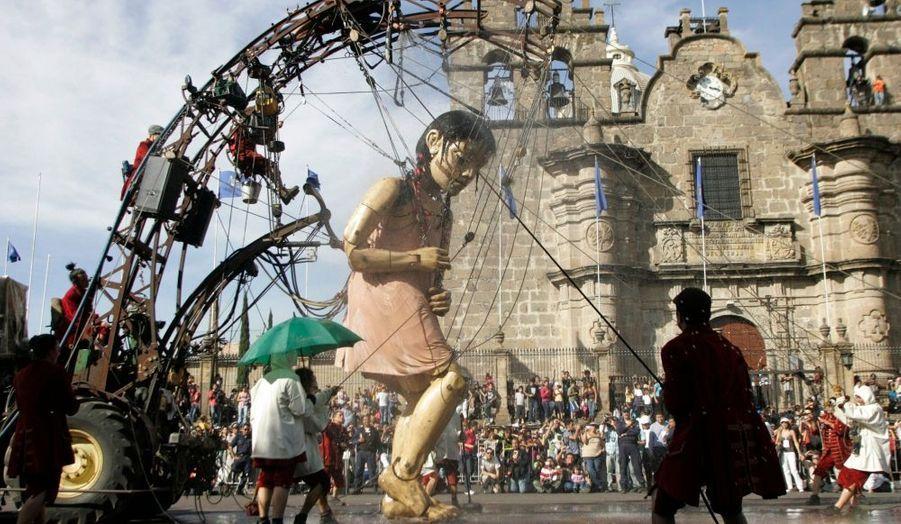 La petite géante est en balade à Guadalajara. La gigantesque marionnette de la troupe française d'art de rue Royal de luxe est actuellement en représentation pour quatre jours dans les rues de la ville mexicaine.