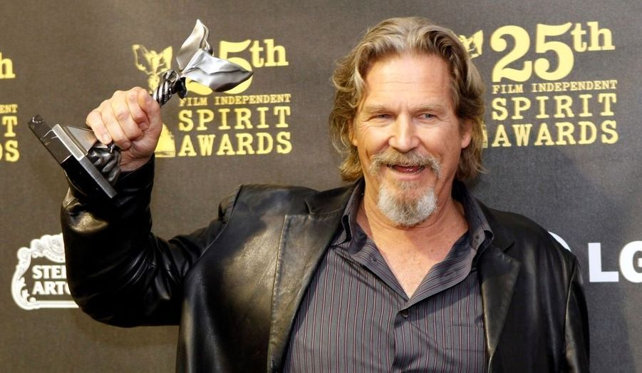 "Jeff Bridges a remporté le prix de la meilleure performance masculine au 25e Film Independent Spirit Awards, pour son interprétation dans ""Crazy Heart"". L'acteur est nominé dans la même catégorie aux Oscars qui auront lieu dimanche."