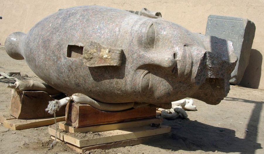 Des archéologues ont découvert près de Louxor (Égypte) la tête en granit rouge d'une statue géante du pharaon Amenhotep III vieille de 3000 ans, a annoncé dimanche le ministre égyptien de la Culture, Farouk Hosni. La tête, mesurant 2,5 mètres, appartenait à une statue représentant le pharaon, grand-père de Toutankhamon, en position debout et portant les insignes royaux.