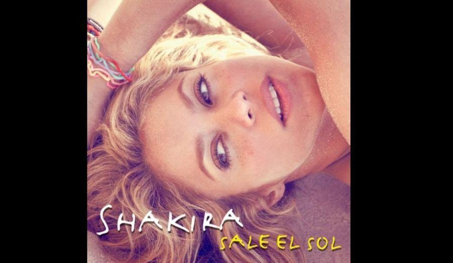 Un an seulement après son dernier album, She Wolf -qui avait semblé marquer un tournant dans le style de la chanteuse-, Shakira revient à ses fondamentaux avec un nouvel opus au sonorités latinos, Sale El Sol, qui sortira le 18 octobre et dont voici la pochette. Le premier single, Loca, est une reprise de l'artiste dominicain El Cata (Loca Con Su Tiguere).