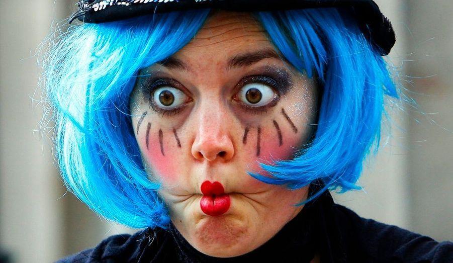 """Une artiste de rue fait la grimace pendant son spectacle lors de la cérémonie d'ouverture du festival """"Fringe"""" d'Edinbourg, hier."""