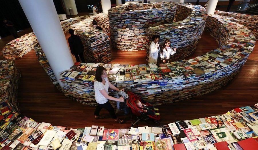 Au Royal Festival Hall, dans le centre de Londres, une exposition intitulée aMAZEme présente un labyrinthe impressionnant constitué de 250 000 livres.