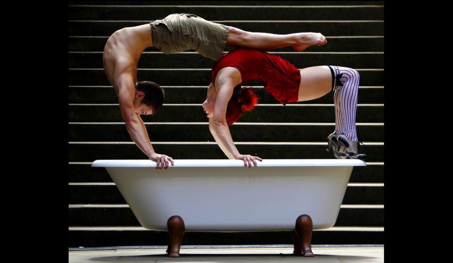 Les acrobates de la troupe Soap, The Show, Fernando Dudka et Masha Terentieva, se produisent lors du Fringe Festival d'Edimbourg.