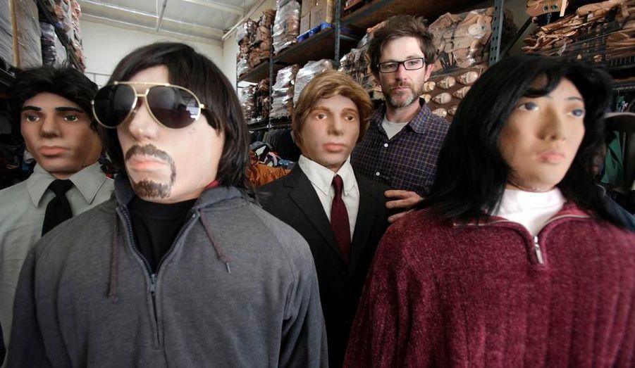 """Joe Biggins a monté une société de poupées gonflables, à Gardena en Californie. Ces poupées servent de figurants dans des films, pour des plans d'une foule de personnes dont on ne voit pas le visage. Dans le film """"Salt"""" par exemple, Joe Biggins avait loué 500 de ses poupées."""