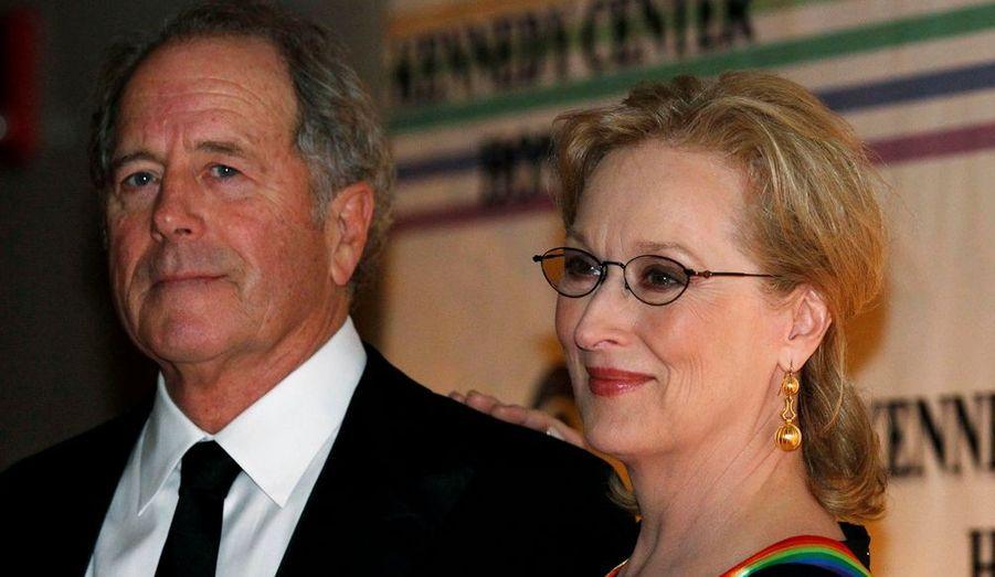 Meryl Streep, ici avec son mari Don Gummer, a été récompensée au gala performance organisé chaque année au Kennedy Center, la grande salle de concerts et d'opéra de Washington, pour honorer à chaque fois cinq artistes pour leur contribution à la culture américaine. Le violoncelliste vedette Yo-Yo Ma, le saxophoniste Sonny Rollins, le chanteur populaire Neil Diamond et la chanteuse de Broadway Barbara Cook sont les autres lauréats de cette soirée prestigieuse.