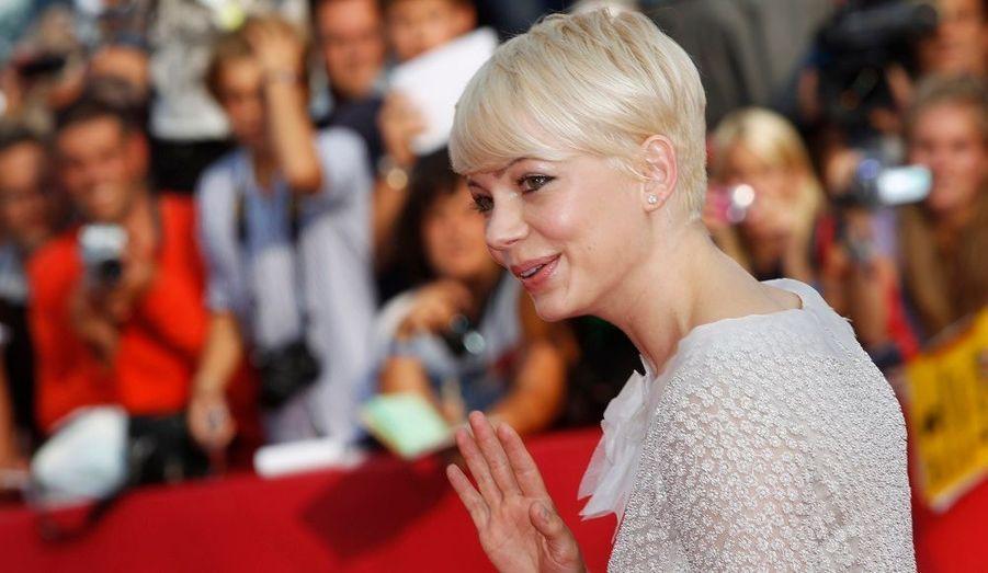 L'actrice américaine Michelle Williams, au casting de Meek's Cutoff, a salué la foule sur le tapis rouge de la 67eme Mostra de Venise, hier.