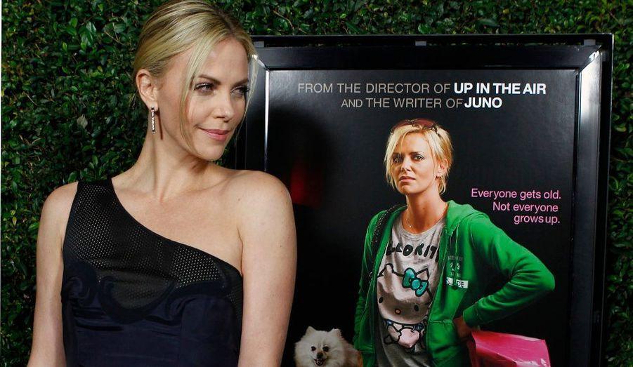 """Charlize Theron, magnifique à l'avant-première de """"Young Adult"""" à Beverly Hills, un film de Jason Reitman (""""In the Air""""), pressenti pour figurer aux prochains Oscars."""