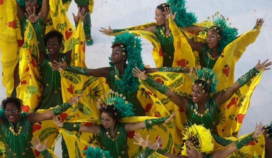 Des élèves de l'école de samba Mel do Futuro, durant le carnaval de Rio. Les treize meilleures écoles de danse vont défiler et s'affronter dans le sambodrome durant cinq jours.