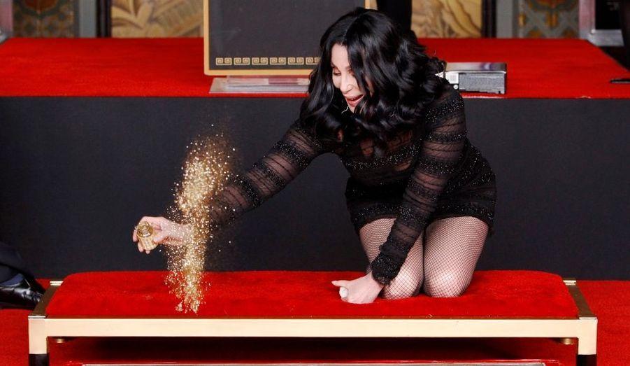 """En pleine promotion du film """"Burlesque"""", Cher a laissé ses empreintes dans le sable devant le célèbre Chinese Theatre de Hollywood."""