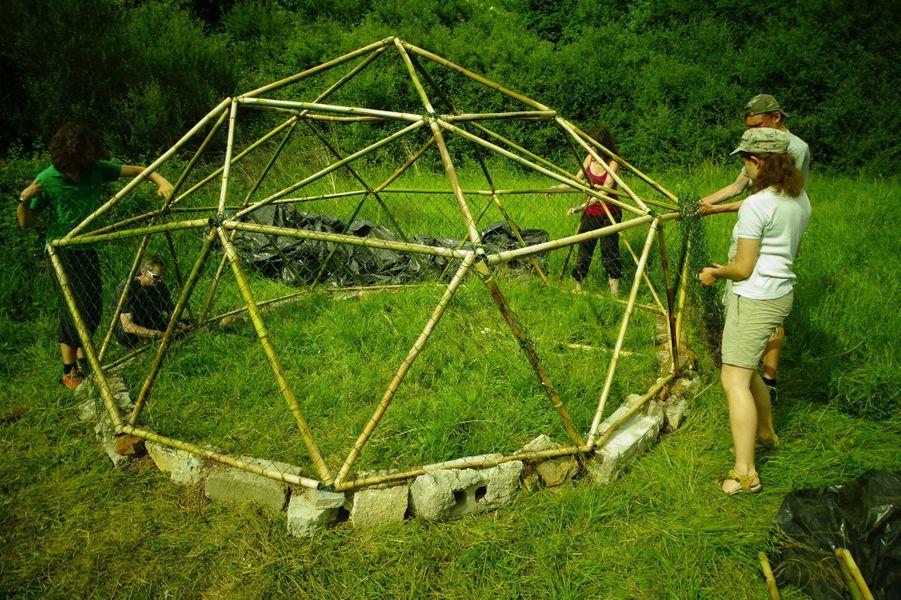 «Eotopia» raconte la lente émergence d'un éco-lieu radicalement idéaliste. Une fermette perdue dans la cambrousse au sud du Morvan où quelques personnes construisent patiemment leur rêve d'une vie en autarcie alimentaire.