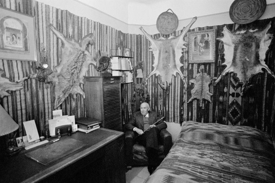 """Emile Tizané, chez lui en 1977, interviewé pour Paris Match par Marie-Thérèse de Brosses sur son livre""""L'hôte inconnu dans le crime sans cause""""."""