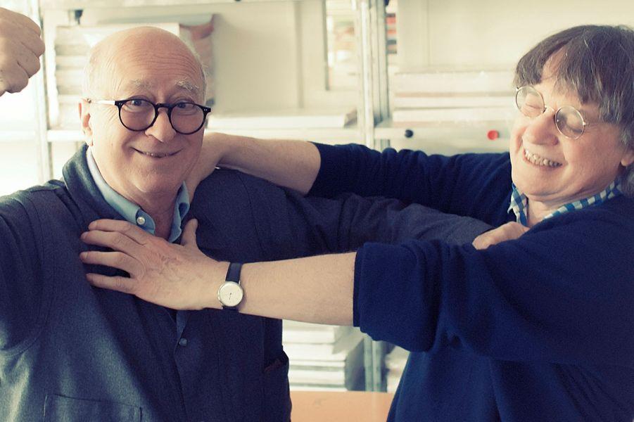 Georges WOLINSKI, 78 ans, fête 50 ans de dessins par une grande exposition à la BNF ; CABU, 74 ans, croque « La nouvelle France des beaufs » ; ils improvisent ici un joyeux pugilat dans les locaux de Charlie Hebdo.