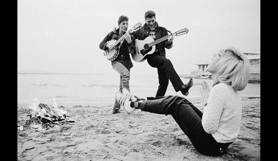 Johnny Hallyday, Sylvie Vartan et Hugues Aufray à la plage