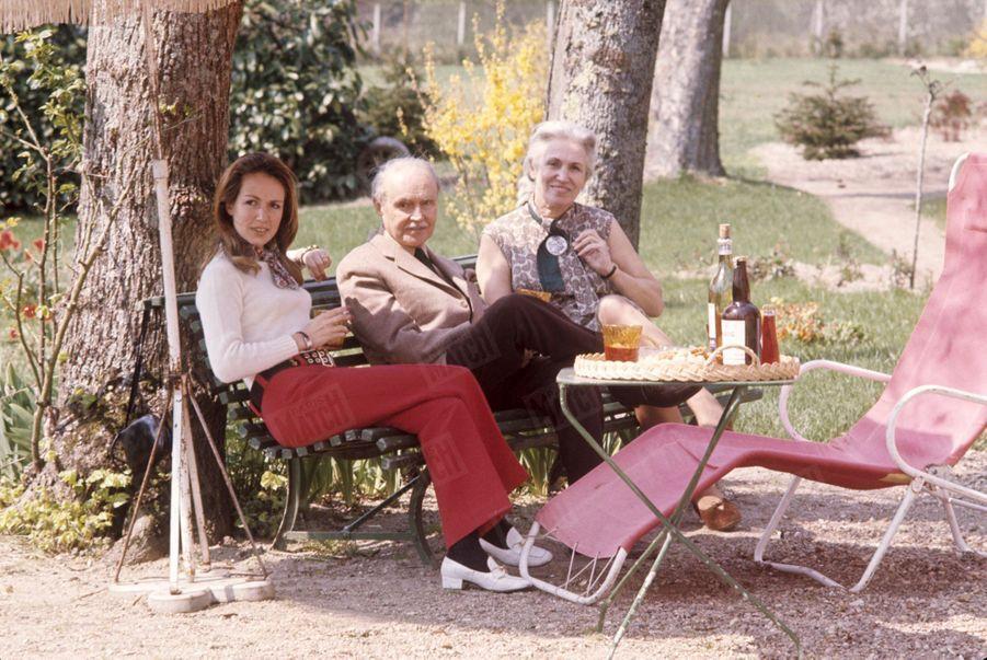 """Maurice Genevoix avec son épouse Suzanne et leur filleSylvie dans leur propriété des """"Vernelles"""" à Saint-Denis-L'Hôtel, en Sologne, en mai 1969."""
