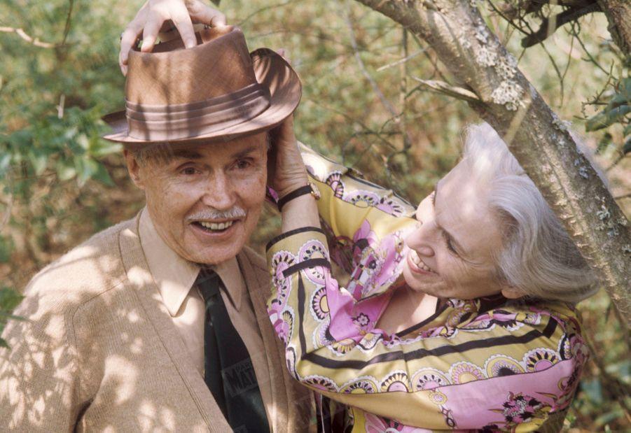 """Maurice Genevoix avec son épouse Suzanne dans leur propriété des """"Vernelles"""" à Saint-Denis-L'Hôtel, en Sologne, en mai 1969."""