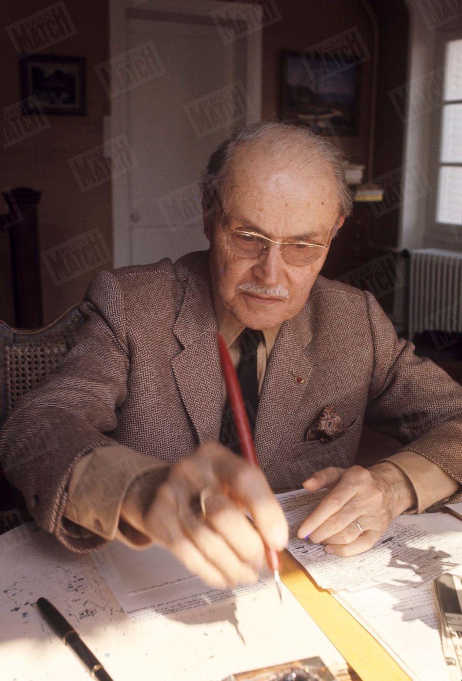 """Maurice Genevoix, alors secrétaire perpétuel de l'Académie française, dans sa maison des """"Vernelles"""" à Saint-Denis-L'Hôtel, en Sologne, en mai 1969."""
