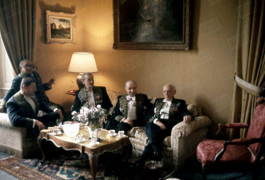 Maurice Genevoix, alors secrétaire perpétuel de l'Académie française, reçoit dans ses appartements de l'Institut en mai 1963 (de gauche à droite) Henri Troyat, Marcel Achard, Marcel Pagnol, André Maurois.