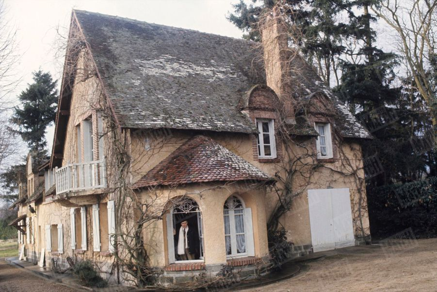 """Maurice Genevoix dans sa maison des """"Vernelles"""" à Saint-Denis-L'Hôtel, en Sologne, en février 1976."""