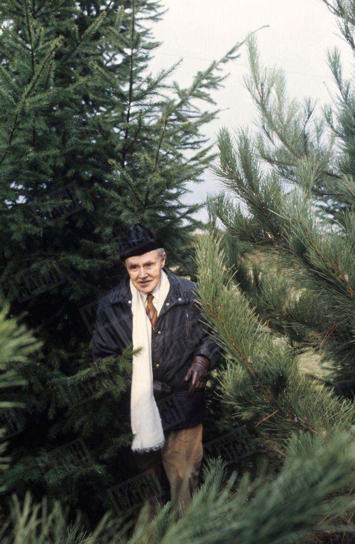 """Maurice Genevoix dans sa propriété des """"Vernelles"""" à Saint-Denis-L'Hôtel, en Sologne, en février 1976."""