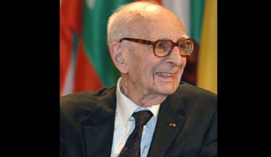 """L'anthropologue et ethnologue Claude Lévi-Strauss est décédé à l'âge de 100 ans, a annoncé mardi l'Académie Française, reprise par LeParisien.fr. Selon la maison d'édition Plon, Claude Lévi-Strauss s'est éteint samedi dernier. Il avait été promu """"immortel"""" en 1973, en remplacement de Henry de Montherlant. Claude Lévi-Strauss a exercé une influence en sciences humaines en fondant notamment la pensée structuraliste."""
