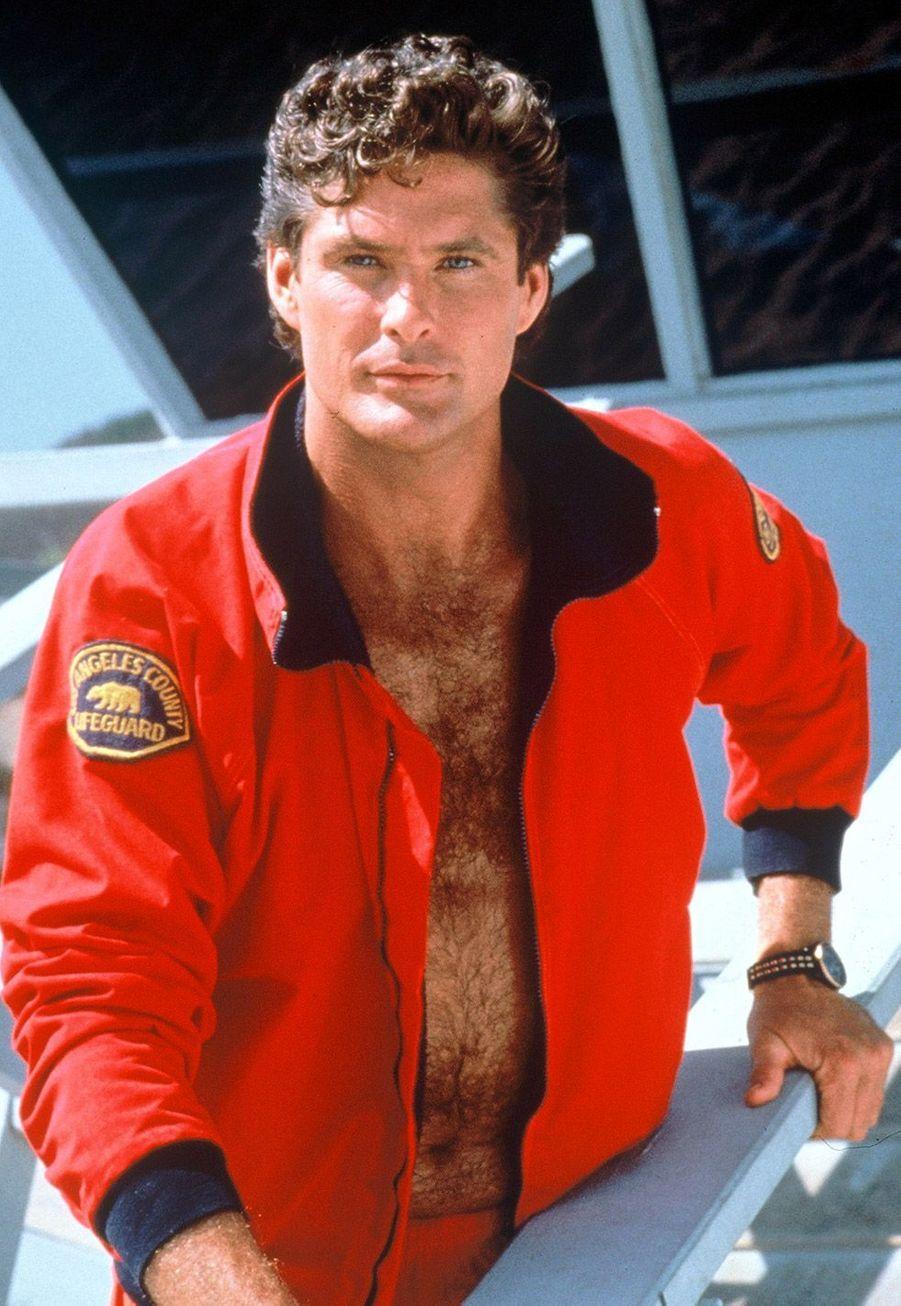 David Hasselhoff (Mitch Buchannon) :Après avoir connu la gloire dans les années 80 et 90,David Hasselhoff s'est fait plus discret. Il a fait de nombreuses apparitions dans son propre rôle au cinéma comme dans «Dodgeball ! Même pas mal», «Piranha 2 3D», ou encore «Les Gardiens de la Galaxie Vol. 2». Entre quelques petits rôles dans des séries -«Une famille presque parfaite» ou «Sons of Anarchy»- il a participé à plusieurs émissions de téléréalité comme «America's Got Talent» entre 2006 et 2009. En 2010, il a également été candidat à la version américaine de «Danse avec les stars».Côté vie privée, l'acteur d'aujourd'hui 64 ans a lutté de nombreuses années contre les démons de l'alcoolisme.