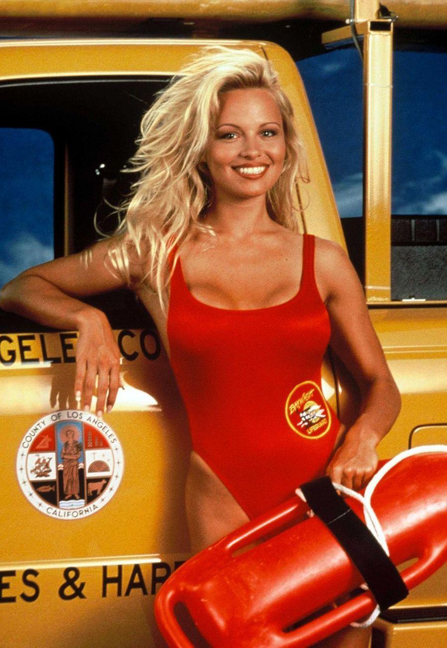 """Pamela Anderson (C.J. Parker) :Après son départ d'""""Alerte à Malibu"""", Pamela Anderson est apparue dans quelques séries comme «Une nounou d'enfer» ou «Touche pas à mes filles». Elle a tenté un retour en 2005 avec «Les Lectures d'une blonde», avant que la série soit rapidement annulée. La star hollywoodienne a été aperçue dans quelques émissions de téléréalité. En 2008, elle a passé trois jours dans la version australienne de «Big Brother». Elle a également participé aux versions anglaise et bulgare du programme. Elle a tenté sa chance en 2010 et 2011 aux éditions américaine et argentine de «Danse avec les stars». Ces dernières années, la Canadienne de 49 ans a fait parler d'elle pour son engagementauprès de PETA, qui défend les droits des animaux, et laSea Shepherd Conservation Society qui milite pour la protection desécosystèmesmarins."""