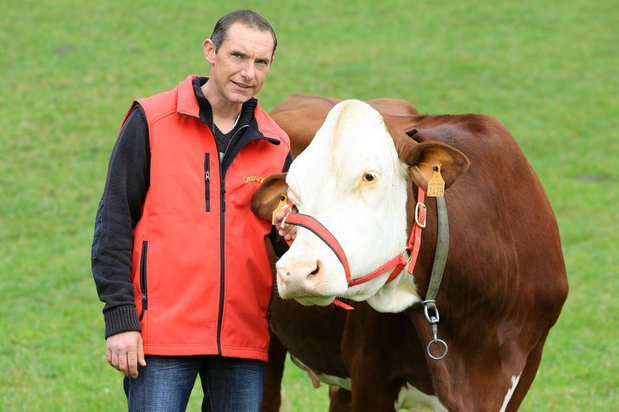 A 37 ans, Jean-Paul est un grand romantique, qui ne désespère pas de trouver le grand amour. Son fils avec qui il partage une relation très fusionnelle occupe une grande place dans l'univers de l'éleveur de vaches laitières. Il se passionneaussi pour les chevaux, le football et apprécie les soirées entre amis.