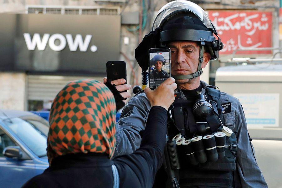1er prix dans la catégorie single news: Ahmad Gharabli - A Jérusalem, une Palestinienne et un policier se prennent mutuellement en photo.