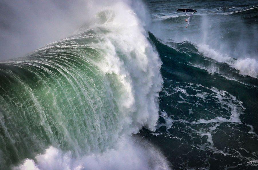 1er prix dans la catégorie single sport :Stefan Matzke - Le surfeur allemandSebastian Steudtner chevauche une vague monstrueuse à Nazare, au Portugal.
