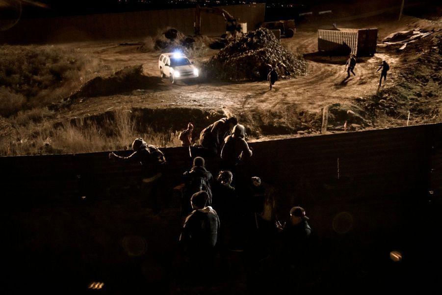 2ème prix dans la catégorie single news:Daniel Ochoa De Olza. Des migrants franchissent de nuit la frontière entre le Mexique et les Etats-Unis.