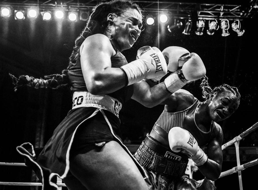 2ème prix dans la catégorie single sport :Terrell Groggins - L'impact terrifiant d'un coup droit sur le visage d'une boxeuse.
