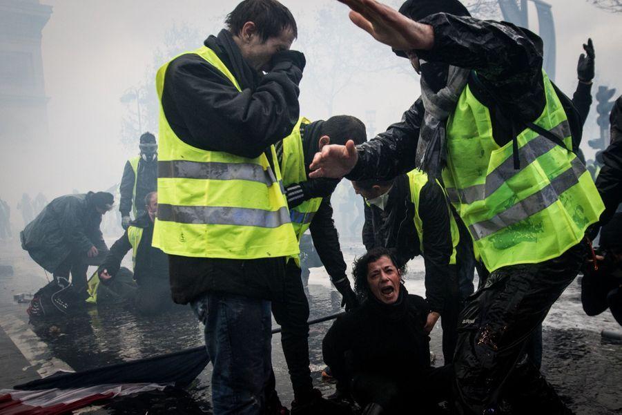 3ème prix dans la catégorie single news:Elyxandro Cegarra - Sur les Champs Elysées, des Gilets Jaunes sont pris dans les gaz lacrymogènes.
