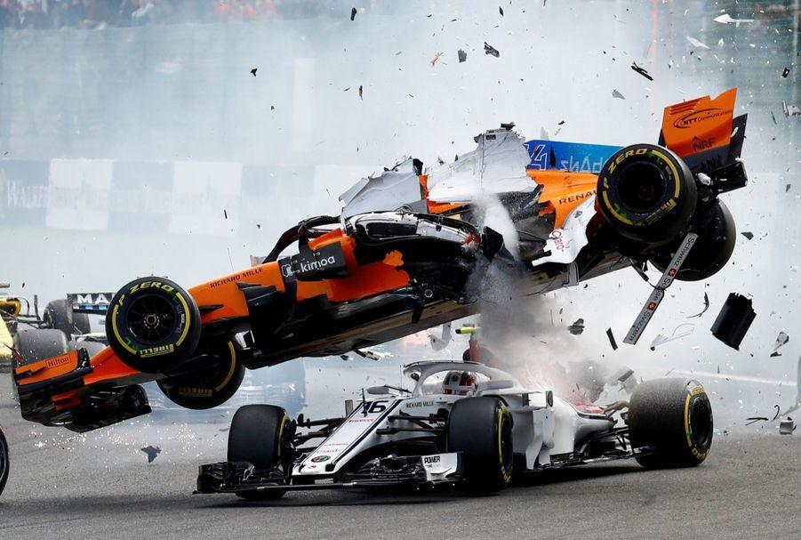 2ème prix dans la catégorie single sport :Francois Lenoir, Belgique - Le spectaculaire accidentla McLaren's de Fernando Alonso et la Sauber de Charles Leclerc pendant le Grand Prix de Belgique.