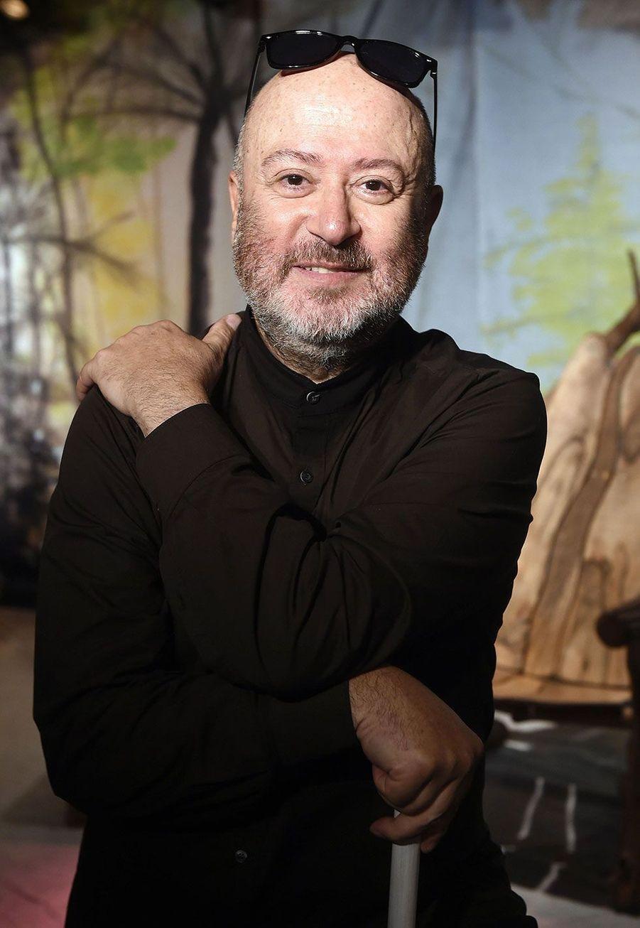 Oscar Sisto. Le théâtre a fait son apparition à Dammarie-lès-Lys durant la seconde saison avec l'extravagant Oscar Sisto. Après son départ en 2004, le professeur d'art dramatique et comédien a mis en scène de nombreuses pièces, notamment «Jack et le Haricot Magique», «Le Songe d'une nuit d'été» ou encore «On Fait L'Amour Comme On Tue». En 2015, il avait également fait une nouvelle apparition télévisuelle en tant que coach de théâtre dans «Les Vacances des Anges 1».