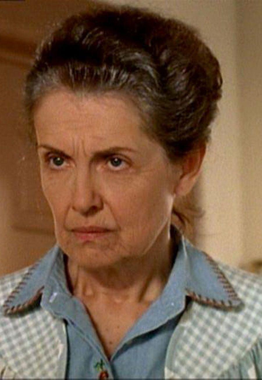 Evelyn (Mary Beth Peil)