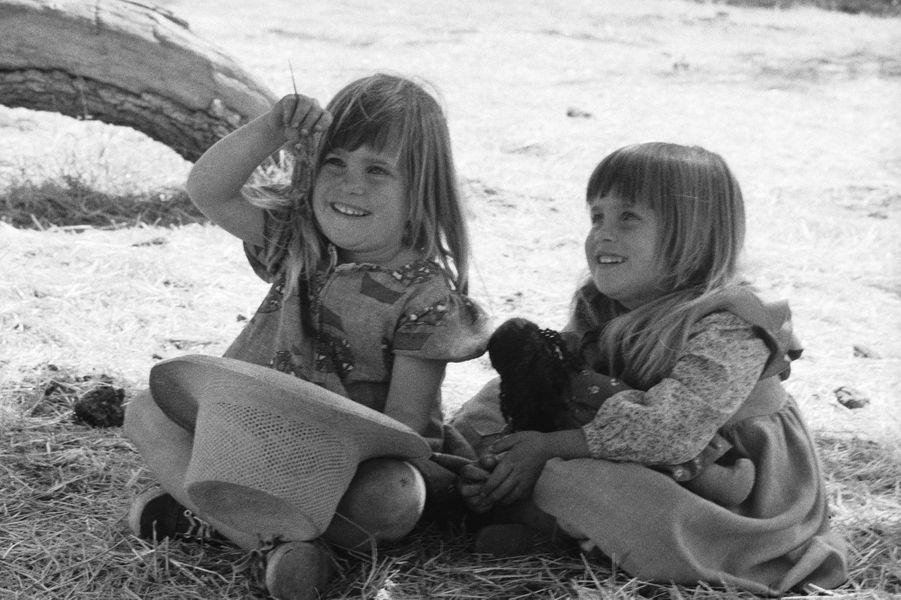 Carrie Ingalls (les jumellesLindsay et Sidney Greenbush) en 1974