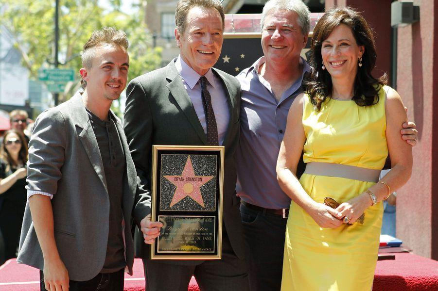Adam Kendall (Linwood Boomer) entouré deFrankie Muniz,Bryan Cranston etJane Kaczmarek en 2013.Linwood Boomer est le créateur de la série «Malcolm».