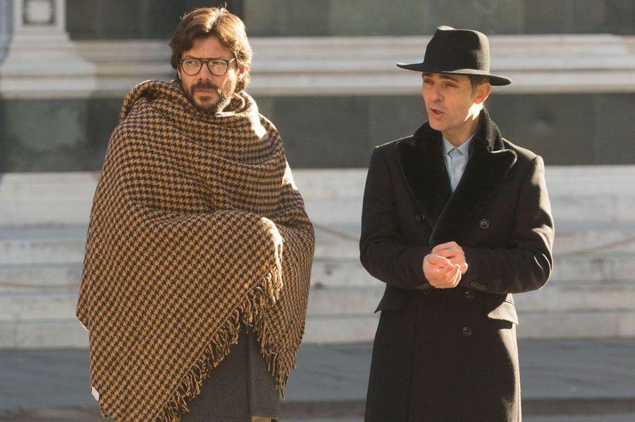 """Álvaro Morte (LeProfesseur) en compagnie de Pedro Alonso (Berlin) sur le tournage de la saison 3 de """"La Casa de Papel"""""""