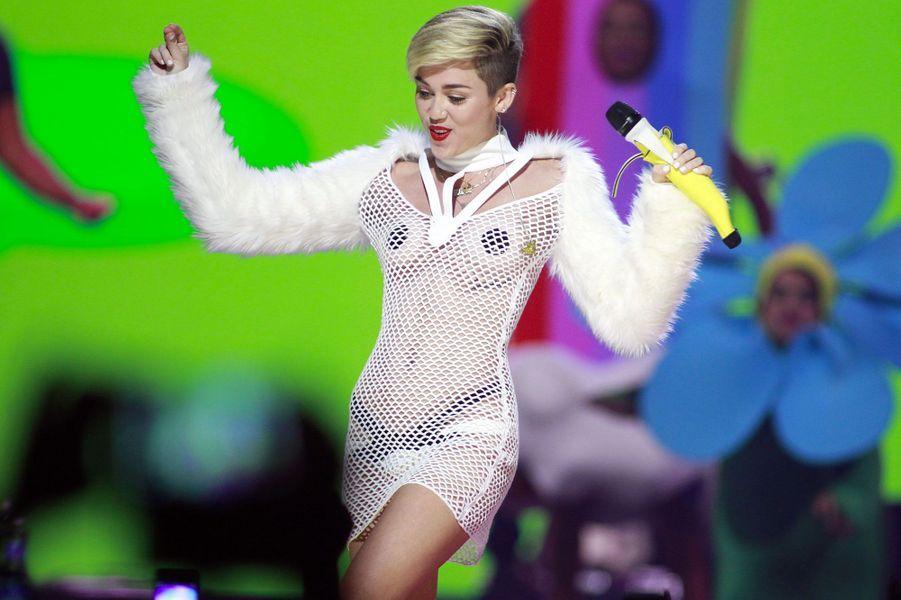 Miley Cyrus. S'il y en a bien une qui a tout fait pour casser son image de fille modèle, c'est bien Miley Cyrus. Après avoir percé grâce à la série «Hannah Montana», la jeune femme d'aujourd'hui 25 ans a multiplié les séances photos dénudées dans des poses suggestives et les polémiques dans le début des années 2010. Elle a également parlé à plusieurs reprises de sa consommation de drogues, notamment de cannabis. En 2013, elle était montée sur la scène des MTV Europe Music Awards pour accepter un prix avec un joint à la main. En mai 2017, elle a accordé une interview à «Billboard Magazine» dans laquelle elle affirmait avoir stoppé sa consommation de drogues.