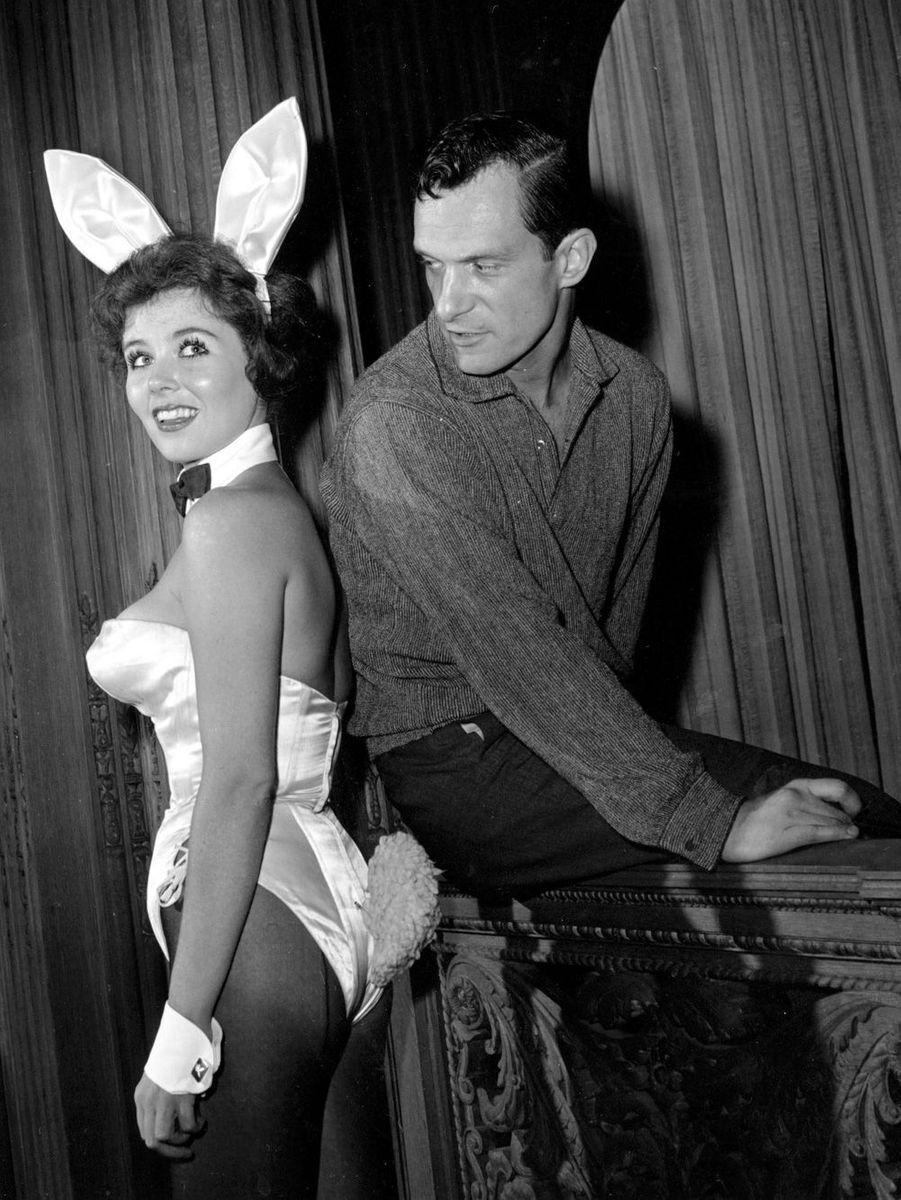 """20 juin 1961, Hugh Hefner et sa """"Bunny""""Bonnie J. Halpin, dans le club de Chicago appartenant au fondateur de """"Playboy""""."""