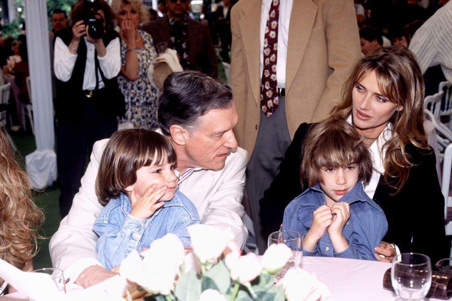 1995, Hugh Hefner pose avec sa femme et ses deux fils.