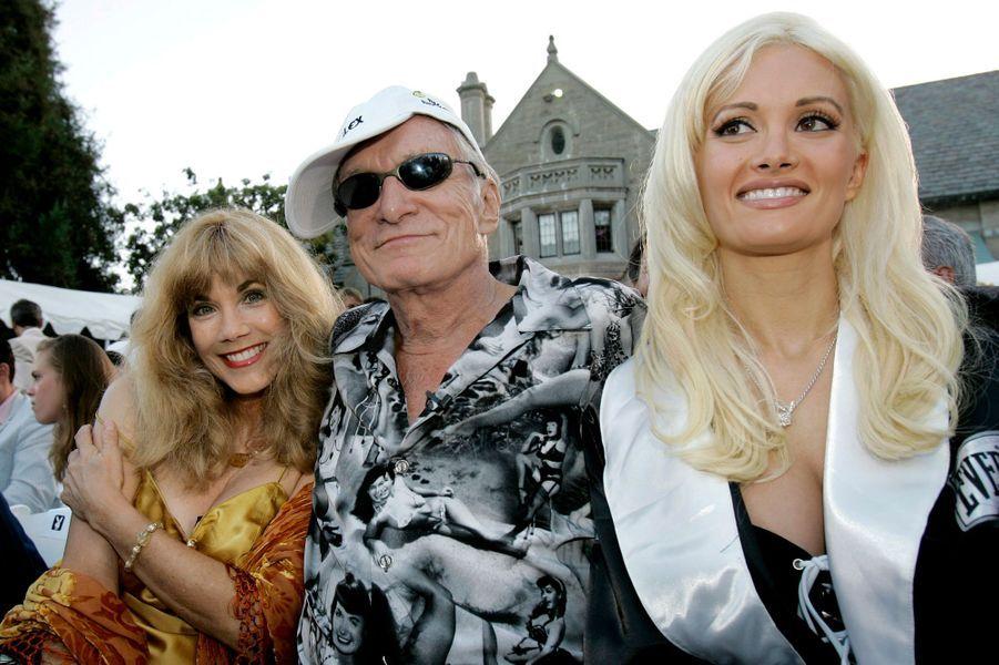 Hugh Hefner entouré de son ancienne petite amie Barbi Benton et de sa petite amie Holly Madison au Manoir Playboy de Beverly Hills le 12 juillet 2005.